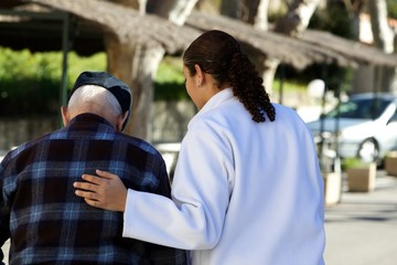 soignante accompagnant une personne agée
