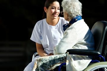 soignante avec une personne agée