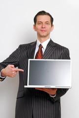Mann im Anzug mit Laptop
