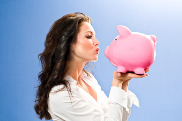 Attraktive Frau küßt Sparschwein