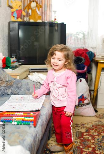 Kind allein in der Wohnung