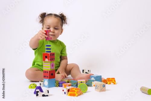 Bébé et jeu de construction - 20669916