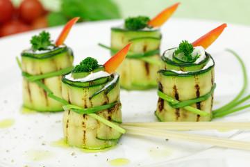 Zucchiniröllchen mit Quarkfüllung