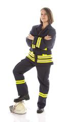 Junge Feuerwehrfrau in Uniform mit Feuerwehrhelm