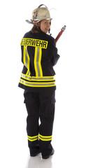 Junge Feuerwehrfrau in Uniform mit Spritze
