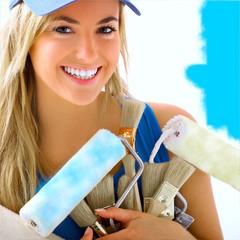 jeune femme avec outils de peinture
