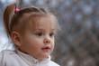 portrait de  bébé fille blonde âgée de 19 mois