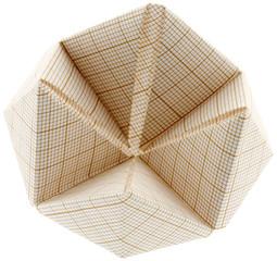 origami, salière renversée, papier millimétré, fond blanc