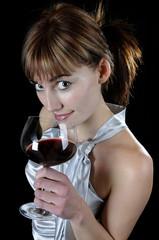 Frau mit Rotwein und verfürerischem Blick