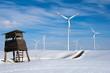 Jagdsitz und Windräder im Winter