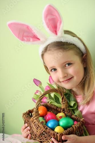 kleiner, süßer Osterhase mit Blumen