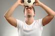 Junger Mann mit Fussball