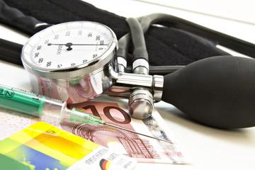 Versichertenkarte mit Blutdruckmesser, Spritze und 10 Euro