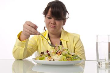 Jugendliches Mädchen isst Salat