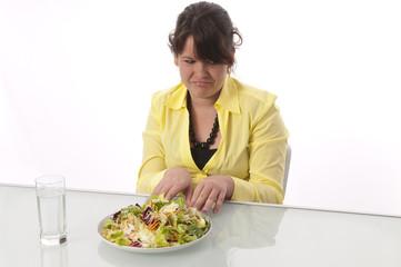 Jugendliches Mädchen mag ihren Salat nicht essen