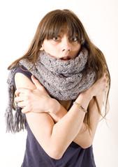 jeune femme en tshirt et écharpe