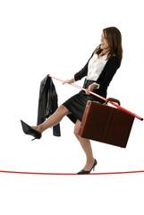 concept:jeune femme d'affaires en équilibre sur un corde