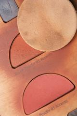 make up palette mit schwämmchen im kosmetikstudio