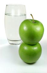 Äpfel vor Wasserglas
