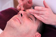 Mann bei der Gesichtsmassage
