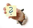 Zettel in der Hand mit Fragezeichen