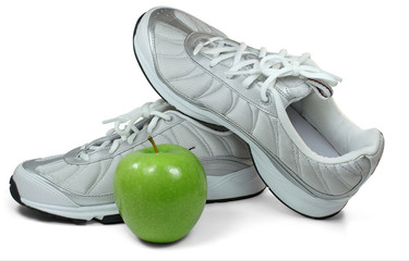 Apfel vor Sportschuhen
