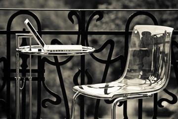 Laptop Computer auf Tisch auf dem Balkon