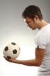 junger mann hält einen Fussball