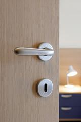 particolare porta con maniglia cromo satinata