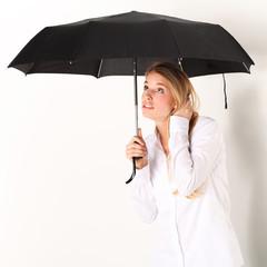 Frau unterm Schirm