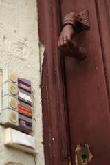 heurtoir rouge , marteau de porte