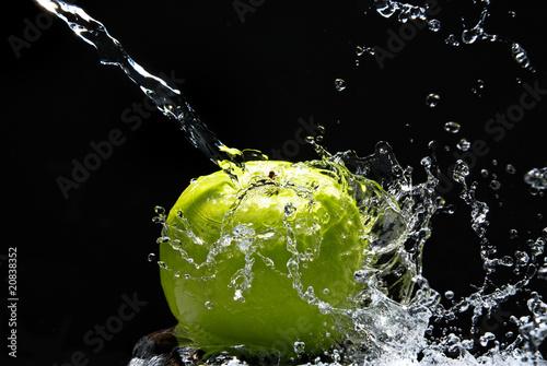 Green apple with water splash on black background|20838352