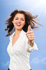 Glückliche Frau mit Topdaumen