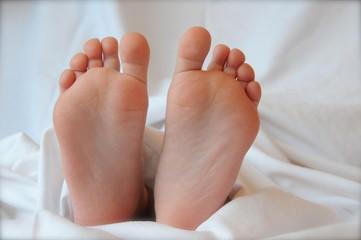 Füsse im Bett von vorn