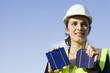 Eine hübsche Frau hält  Solarzellen Richtung Sonne