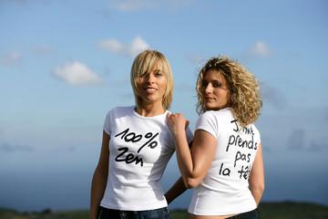 portrait de deux  femmes en t-shirt blanc