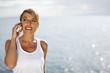 Portrait d'une femme souriante au téléphone
