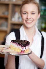 kellnerin serviert einen frischen kuchen