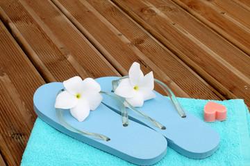 sauna détente, serviette fleuri, sandales romantiques