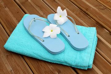 accueil plage piscine, serviette et savates fleuries