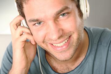 junger mann hört musik kopfhörer