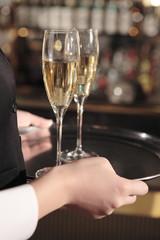 シャンパンを運ぶウエイトレス