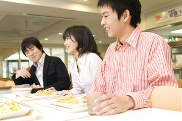 食堂で談笑する学生達