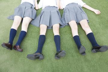 寝転がる女子高校生