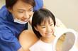 鏡で治療後の確認をする男性歯科医と女の子