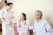 談笑する女医と患者