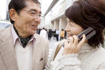 電話で話中の妻とその夫