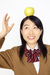 りんごをのせる女子高校生