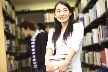 本を探す学生