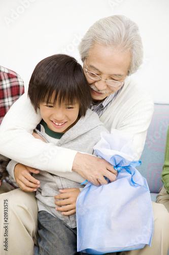 孫を抱きしめる祖父